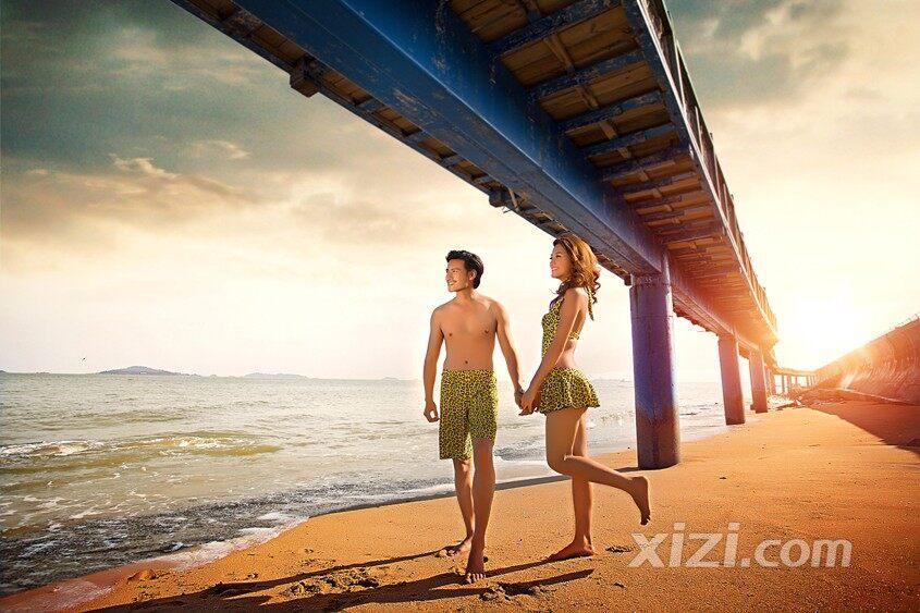 情侣海边嬉耍
