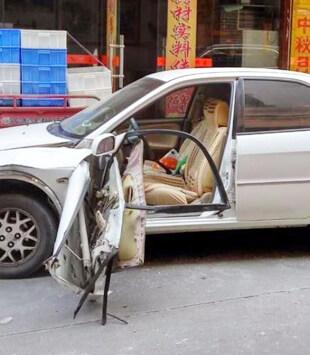 博罗男子突然打开车门,被后车撞烂车门!