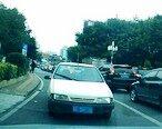 小车硬闯单行道,还逼迫正常行驶的的车让路
