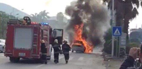 平山青云路口一轿车自燃了,浓烟大火好吓人