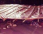 江北花市棚架昨晚突然坍塌,现场一片狼藉