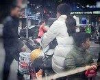 彪悍女子一手骑电动车一手抱小孩,后面还…