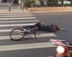 摩托与单车相撞?伤者躺在马路上一动不动