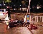 摩托车司机疑醉驾撞上路中柱,留下一大滩血