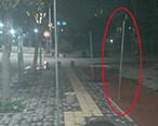 立铁棍占人行道经营,这些宵夜档也是够横
