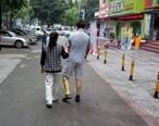 丈夫腿受伤出院后,妻子每天早上陪着散步