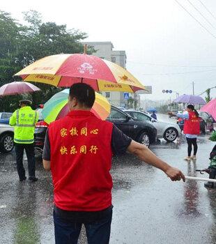 陈江这群人风雨无阻疏导交通,却被路人骂哭