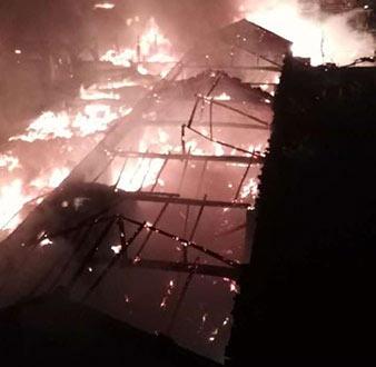 潼湖发生重大火灾,附近8台消防车赶来
