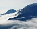 我这是到了蓬莱仙境吗?峰峦上全是云海弥漫