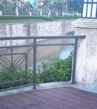 马过渡河护栏坏成这样,夜间散步好危险!