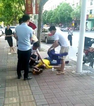 惠东外卖哥送外卖中暑晕倒地,便衣哥帮忙