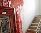 隔壁家门口被泼红油漆,这讨债方式太极端了