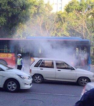 公交车突然传来火水味,乘客下车后马上自燃