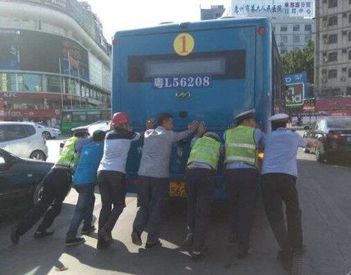 真棒!好宜多交警和群众推一部坏掉的公交!