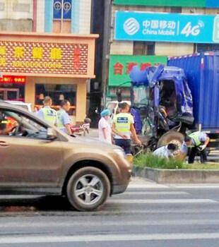 货车追尾等红灯的大货车,司机当场身亡……