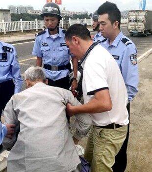 在惠东看到摔伤老人,环卫大哥毫不犹豫扶起