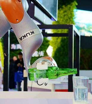 云博会现场机器人好6,会自己倒酒做冰激凌