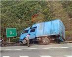 """大货车也学头文字D""""渠道过弯"""",掉沟里了"""