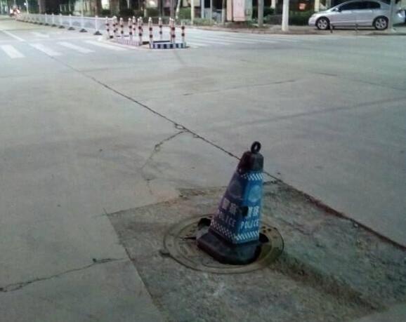 平南这个路口的井盖坏好久啦,可以来修修吗