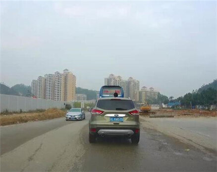 开车千万别让小朋友这样做,非常危险。