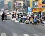惠东这乱摆乱卖越来越严重,三车道变一车道