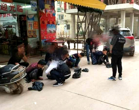点赞!便衣警察在陈江抓获大巴盗窃团伙4人