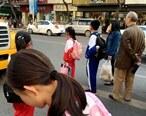 惠东这路口危险,孩子们等公交都等出马路了