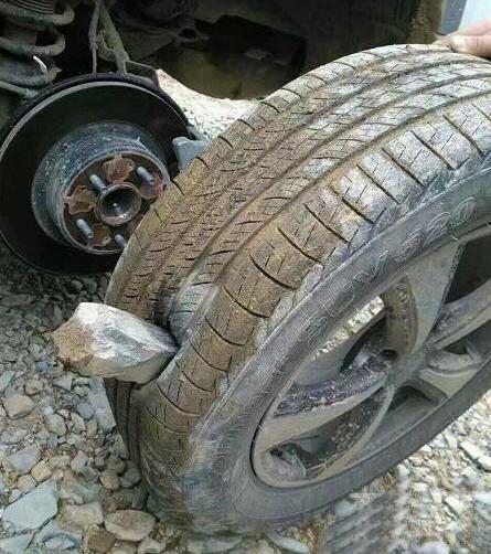 大石头直接扎穿轮胎,我的轮胎直接废掉…