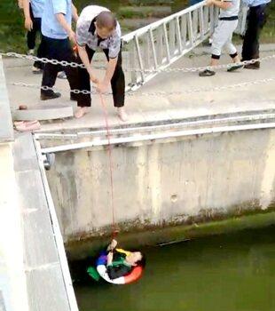 惠东西枝江一妇女不慎落水,幸好有保安相救