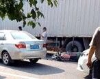 多祝一路段发生事故,一摩托车倒在货车底下