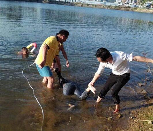 水边斜坡来拍照,新圩一女子不慎滑下溺水