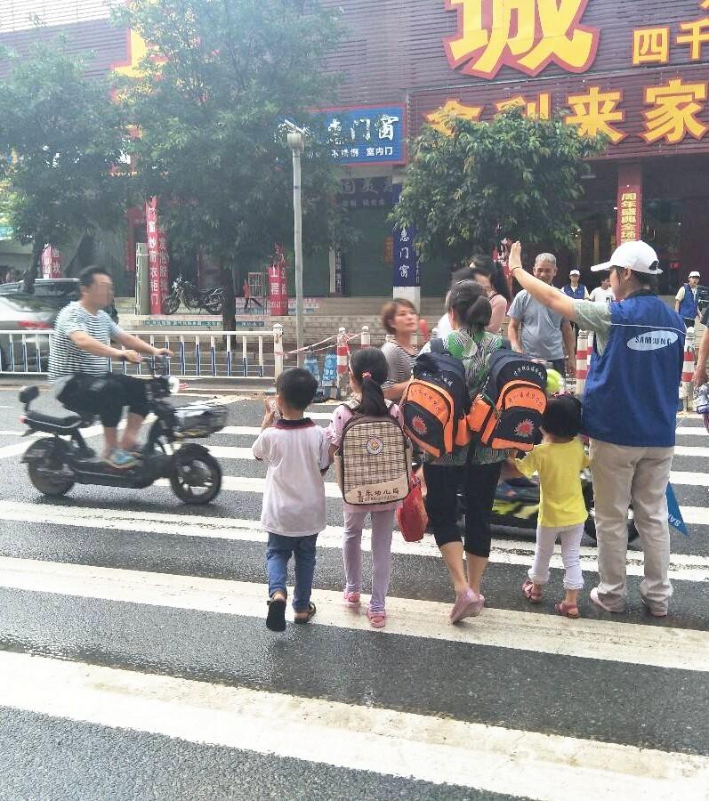 好暖心!他们一直在护送陈江小学孩子们放学