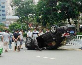 紧要!和畅四路发生翻车事故,小车四脚朝天