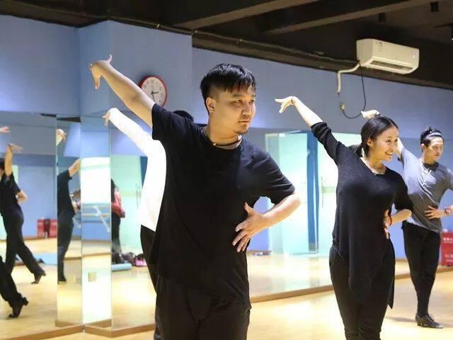 背井离乡,陈江这位老师20年舞蹈生涯被曝光
