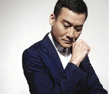 气宇不凡!影帝梁家辉在淡水拍戏,拍得还是枪战片