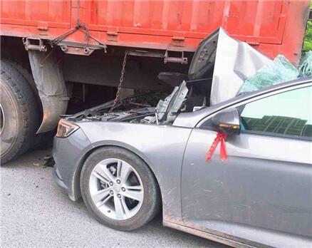 马安一私家车追尾大货车瞬间报废,车主下车时腿都软了