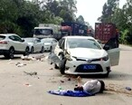 一男子骑车被撞倒地不起,小车气囊都弹出来了