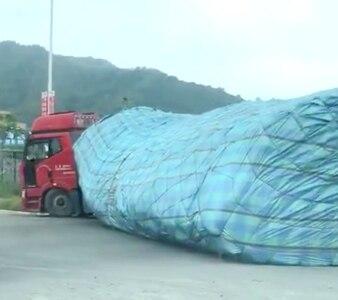 早上看到一部大货车货装得很高,没想到果然出事了