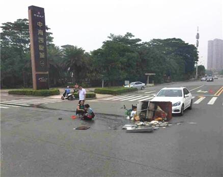 中信凯旋城一小车撞倒三轮,伤者在地上哇哇大叫