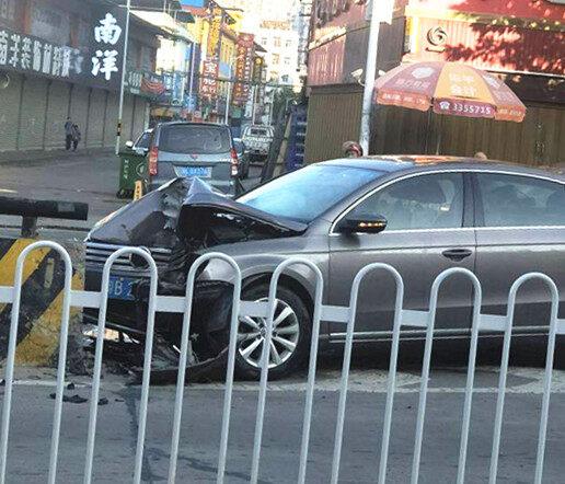又有小车撞上立交桥的护栏,是设计不合理还是开车不小心?