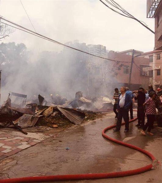 土湖村一铁皮屋突然着火,消防员奋力扑灭