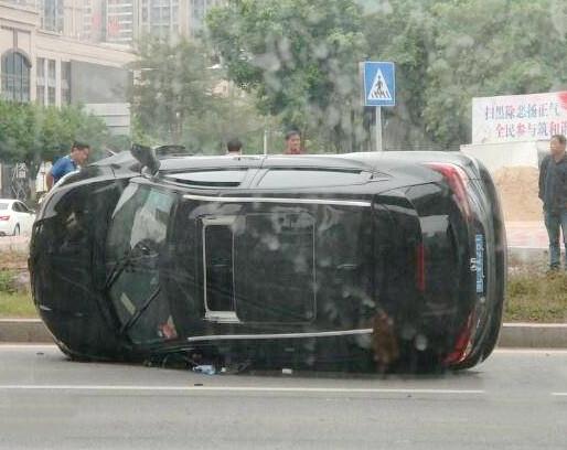 惠环大荣购物广场路口,有一小车侧翻倒地