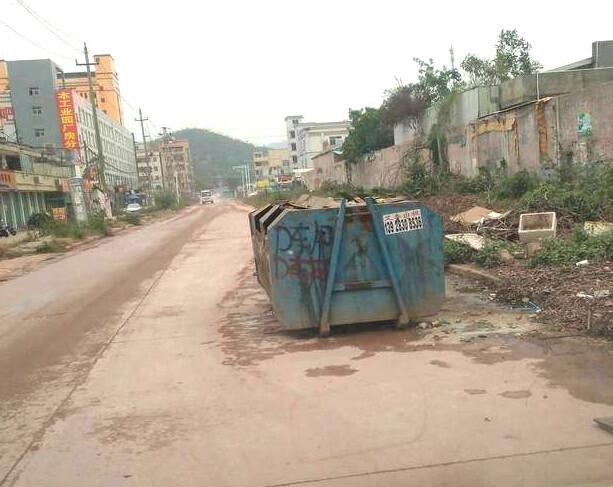 那么大个垃圾箱摆在路边?都拦住一条车道了!