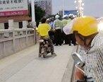 所为何事?这个年轻人在惠东平山大桥想跳桥?