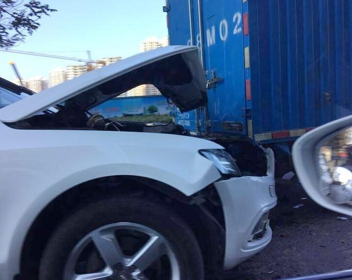 奥迪Q5与货车相撞,车头毁了!这得开多快呀