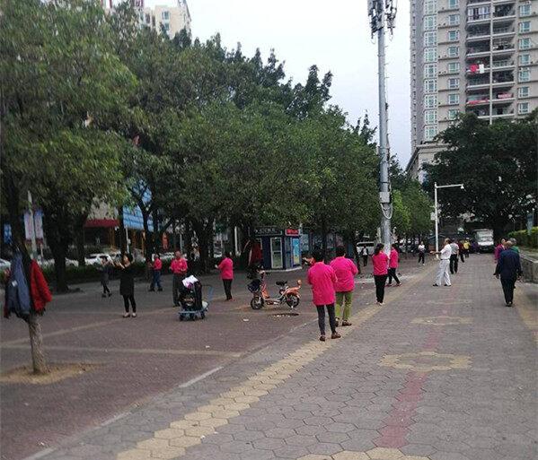 还市政广场一个清静,被广场舞大妈占道了!