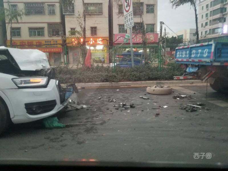 陈江一小车追尾一货车,车头撞得稀巴烂