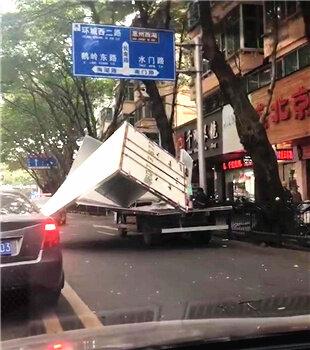 """南坛路一辆纯电动货车遭""""扒皮"""",全部散掉"""