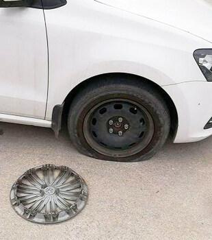 在维修档口停车,车胎被放气,盖子都被拆了