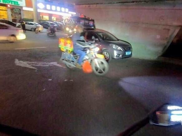立交桥桥底下掉头的通道竟成了停车位?管管吧